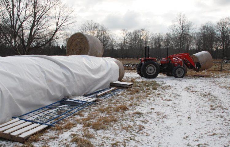 Moving round bales